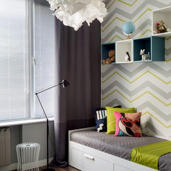 Mesa aramada Bo Concept, cama e luminária Ikea. Os nichos receberam tons diferentes, o que movimenta a deoração