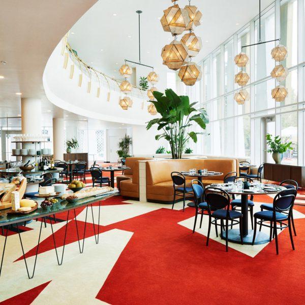 O grande lobby recebeu tapete com motivos gráficos e luminárias de Robert Lewis