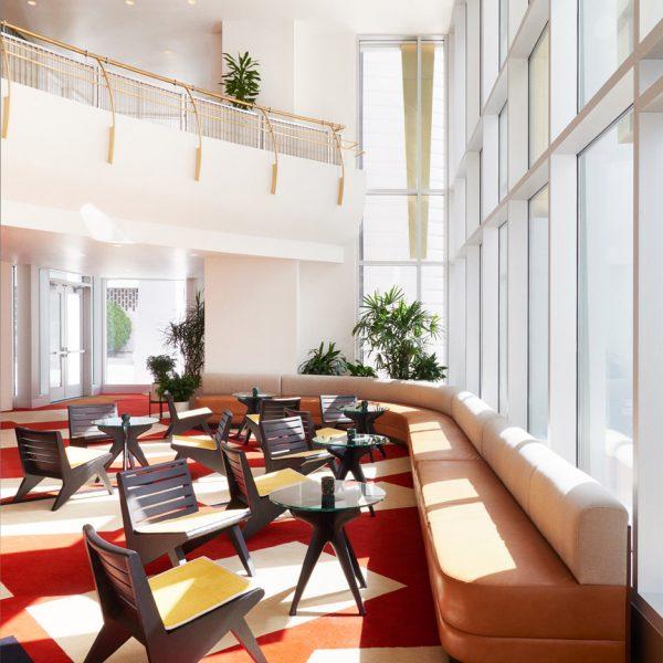 O vermelho domina a cena no lobby do hotel americano