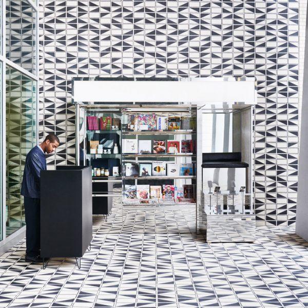 Solução para lá de bacana, o mesmo revestimento em piso, parede e teto na loja do Durham