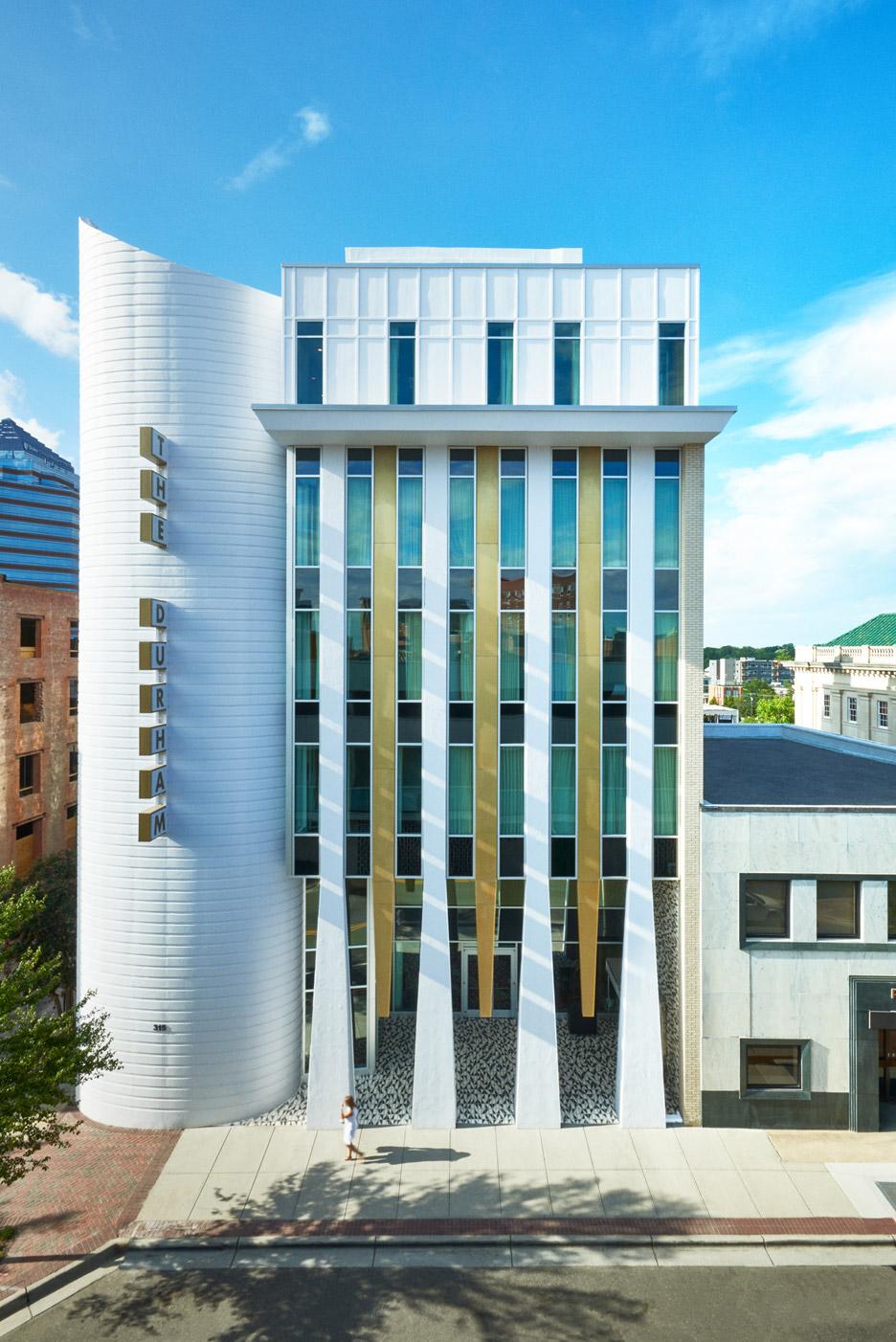 Na Carolina do Norte, EUA, The Durham Hotel, com prédio originalmente projetado pelo arquiteto Perry Langston em 1965