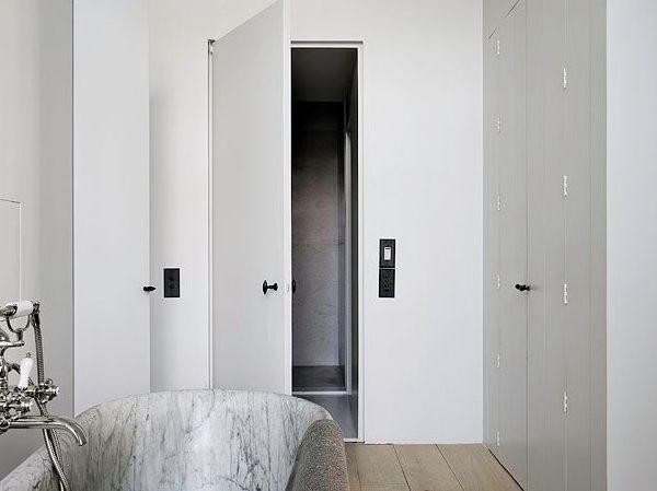As portas são todas muito discretas, quase como passagens secretas