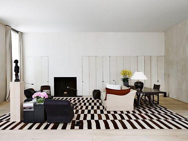 """O grande tapete funciona como elemento de impacto na decoração """"minimalista"""" do arquiteto belga, proprietário do imóvel"""