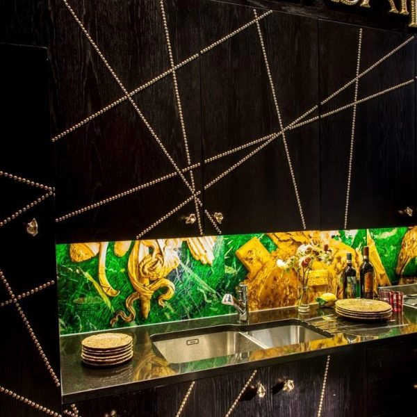 Na cozinha, puxadores de bronze