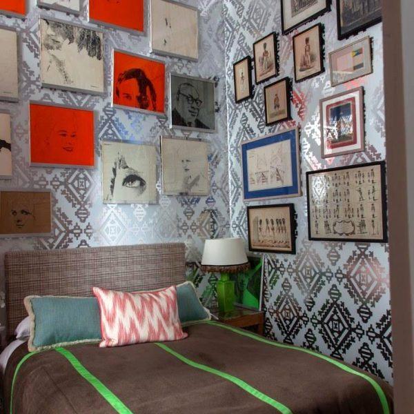 Sobre a cama com cabeceira em tecido Lee Jofa, retratos de David Hicks