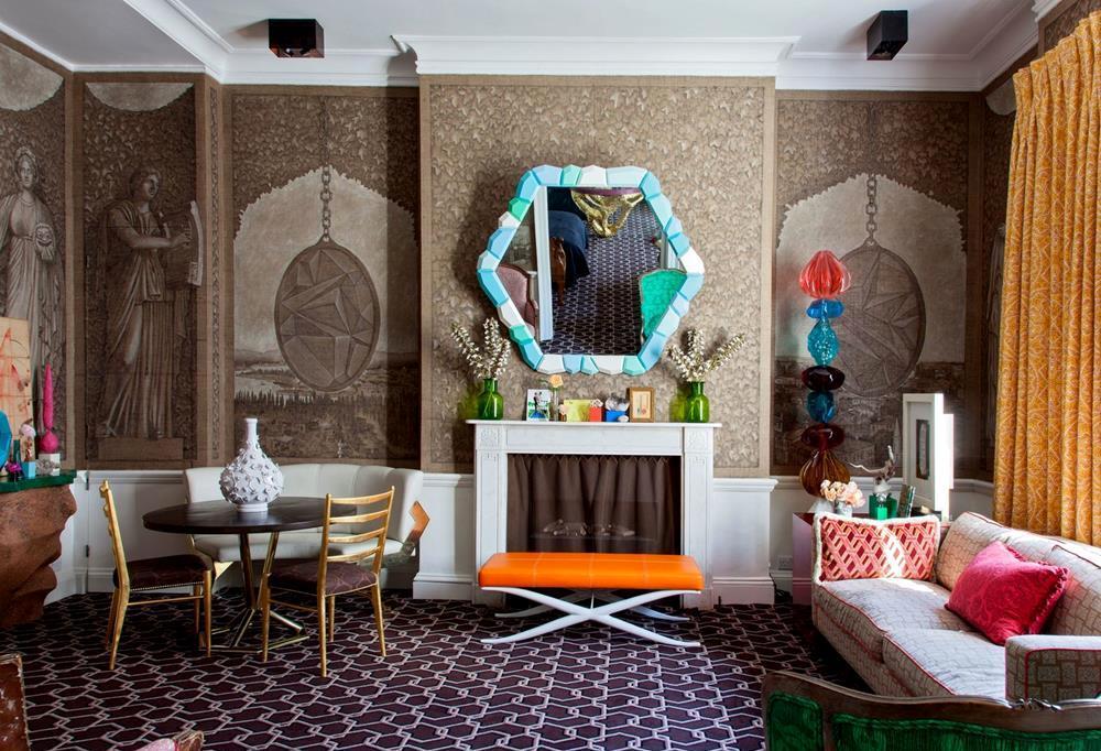O living generoso do apartamento londrino dos recém-casados Kata e Ashley Hicks recebeu cadeiras Cees Braakman, e totem, mesa e banqueta desenhados por Hicks