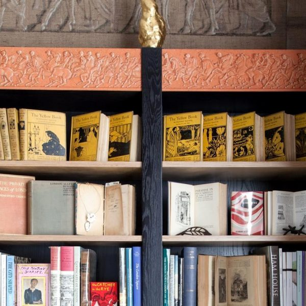 The Yellow Book, periódico influente de 1890, ocupa lugar de destaque na estante do casal