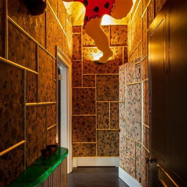 No hall de entrada, Niki de Saint Phalle assina a obra Inflatable Nana. Observe o esquema de molduras dispostas geométricamente. Simples e chique