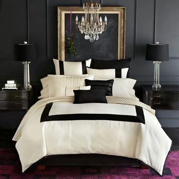 A roupa de cama branca suaviza a base preta em combinação mais do que clássica.
