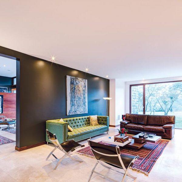 Estante para abrigar equipamentos e lembranças da família e mobília clássica na sala de TV