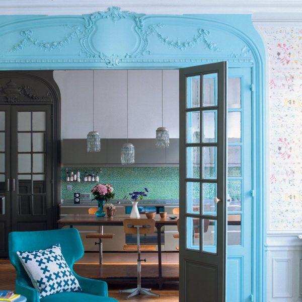 A grande porta integra a cozinha ao living, reforçando a praticidade