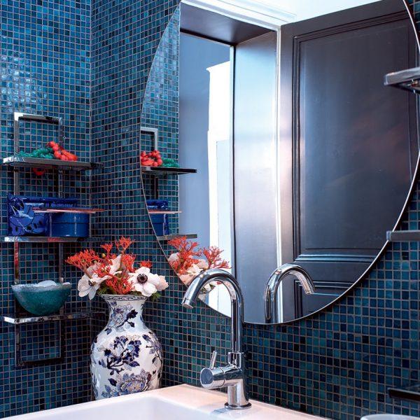 Pastilhas azuis no banheiro parisiense