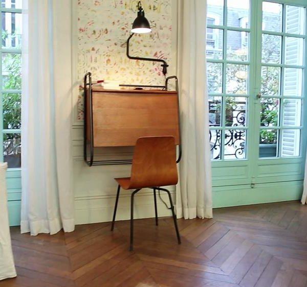 A escrivaninha antiga ocupa pouquíssimo espaço e é um charme