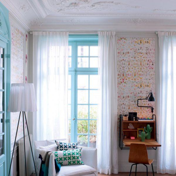 O living recebeu vários padrões de papel de parede, o que sem dúvida contribuiu para deixar a decoração mais descolada e descontraída