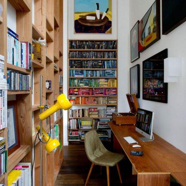 O uso da madeira valoriza o espaço. Observe que a estante tem pouca profundidade, o que garante a boa circulação
