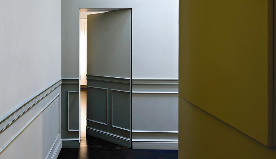Bem clássica, a porta recebe o mesmo tratamento das paredes