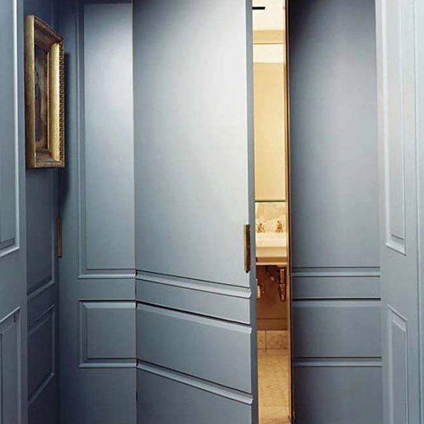 Aqui, em outro bom exemplo, a porta esconde o lavabo