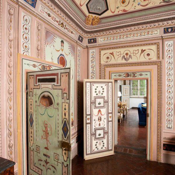 Recurso antigo, a porta invisível também servia para camuflar passagens secretas