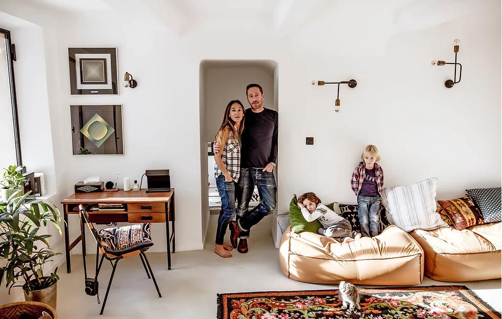 Stéphanie, Thibaut e os filhos do casal Roman e Marlow, posam no living com Leon, o gato da família