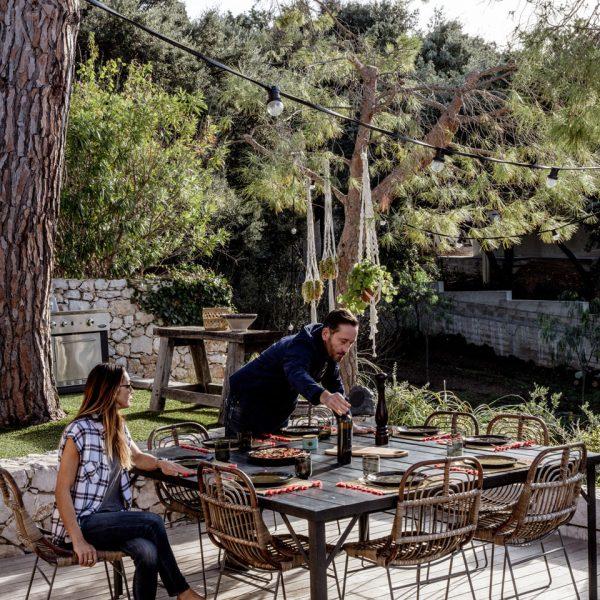 A mesa do jardim, sob a árvore. Tem melhor?