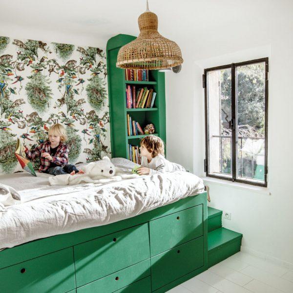 O verde folha impera no quarto, enriquecendo e enchendo o ambiente de energia