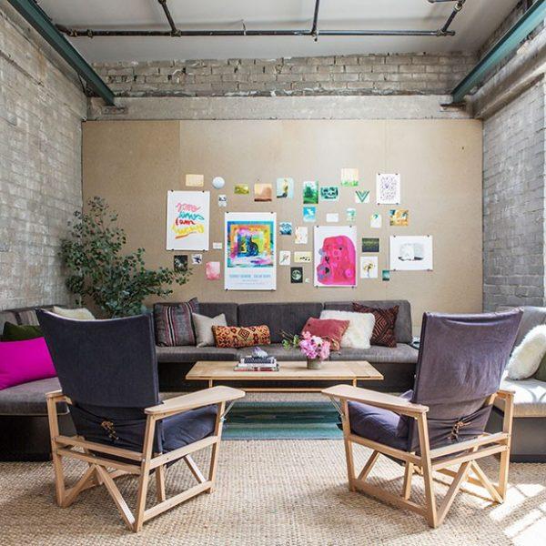 A sala recebeu mobiliário em cores escuras e tapetes sobrepostos. Na parede, gravuras soltas dão o tom descontraído