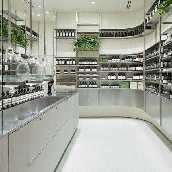Takumi Ota, do Torafu Architects, assina uma das lojas de Tokyo, que tem dimensões para lá de diminutas