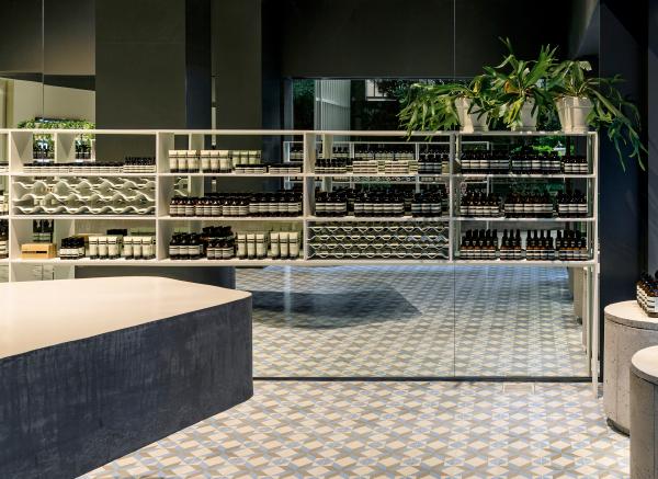 Projeto de Paulo Mendes da Rocha, esta loja fica na Oscar Freire. O arquiteto fez uso de ladrilhos hidráulicos, parte da história do design no Brasil