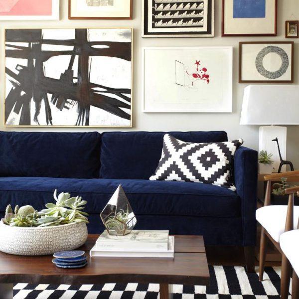 As listras P&B desencontradas movimentam o espaço, e os quadros colocados sem rigor completam a ideia de descontração