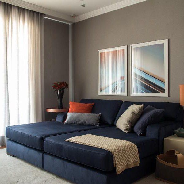 A decoração da profissional Marília Veiga combina azul e um tom de areia molhada, quase cinza, que gosto muito