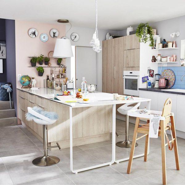 Nesta cozinha francesa com mobiliário/utensílios Leroy Merlin, que tem lojas no Brasil, soluções práticas e de baixo custo