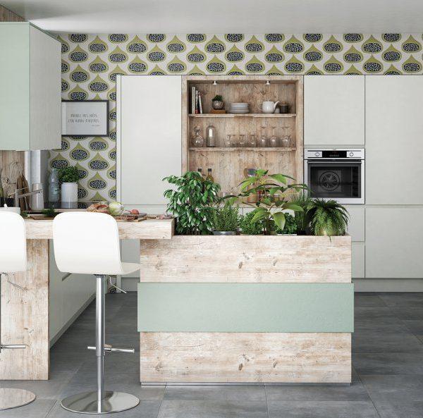 A estampa fica sempre fofa, e funciona muito bem em cozinhas em que a fritura não seja protagonista. É possível substituir o papel de parede por pintura estampada feita à mão, mais durável. A horta já na cozinha ficou demais!