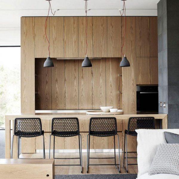 A cozinha é ligada, em ótima solução, apenas lateralmente ao balcão que acomoda os convidados