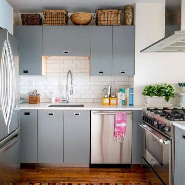Aquela cozinha mais antiga e sem graça pode ser renovada com o piso de madeira, que fica lindo, cestos/objetos legais e um tapete bacana. Receita infalível