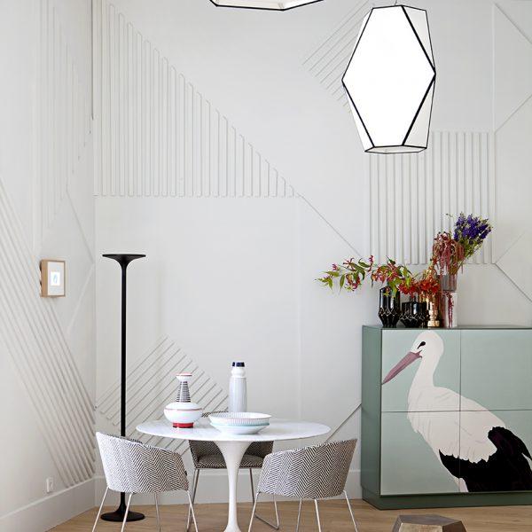 O móvel customizado faz par com a mesa Saarinen e cadeiras revestidas em tecido P&B