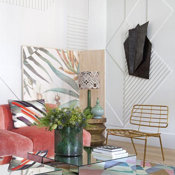 Nas paredes, molduras de madeira que formam desenhos