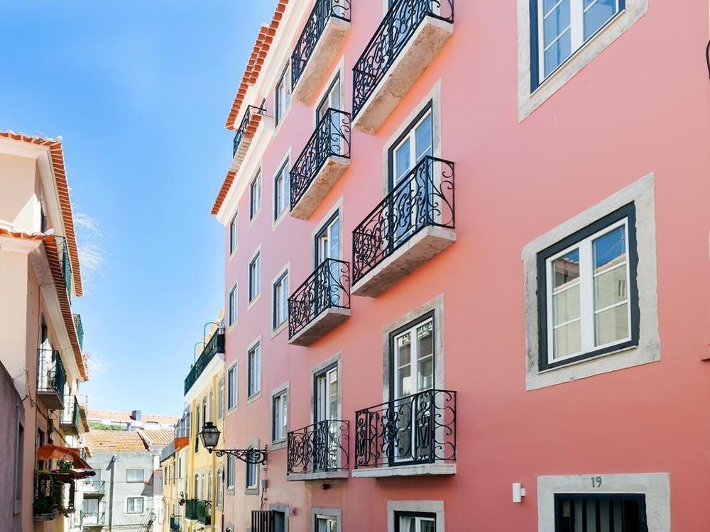 Fachada do hotel, que fica em uma rua paralela à Calçada do Combro, uma ótima localização