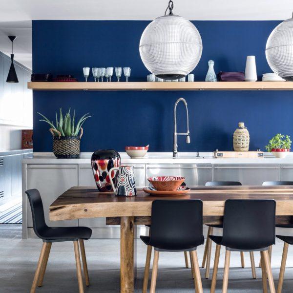 O azul aparece com força na cozinha moderna do apartamento parisiense