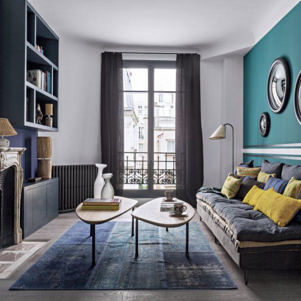 Na saleta íntima/biblioteca, o azul domina a cena