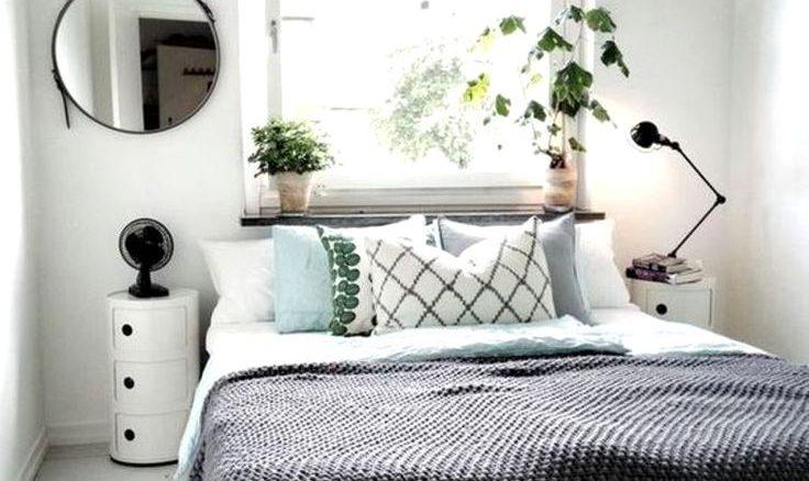 Na janela, uma persiana resolve quando a cama está nesta parede