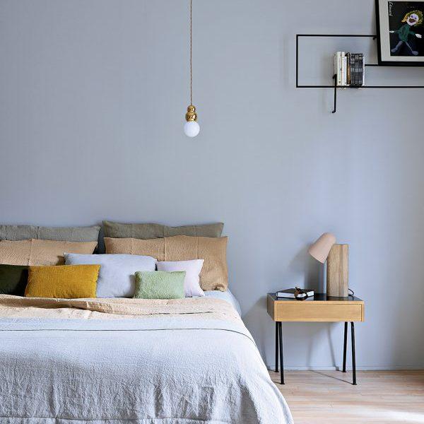 Mobiliário leve e vazado, como as prateleiras da foto, imprimem delicadeza na decoração
