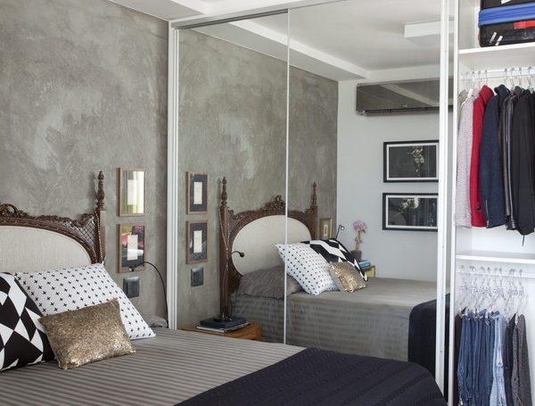 O armário espelhado amplia o espaço. A cama bem bonita completa o cenário e dá o tom de importância que o ambiente merece