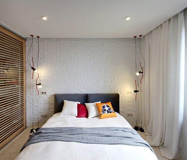 Luminárias na parede ou como nesta foto, presas ao teto, liberam o espaço lateral
