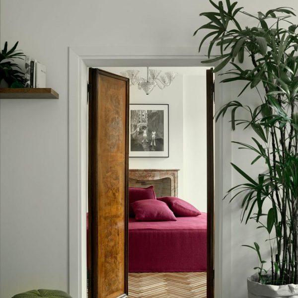 As portas de madeira, assim como tudo na casa, é de empresas de Veneza