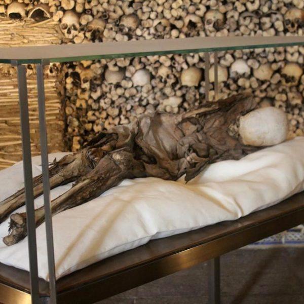 A capela abriga alguns corpos. Estranho, mas não macabro