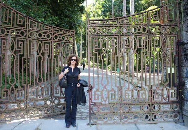 Eu, Valéria Coelho, editora de Hardecor Blog, em frente ao portão, maravilhoso, do Parque Lage, no Rio de Janeiro.