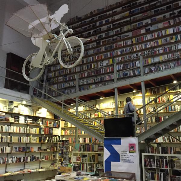 A Ler é uma livraria muito legal e conta com um restaurante que é uma delícia. Vá!