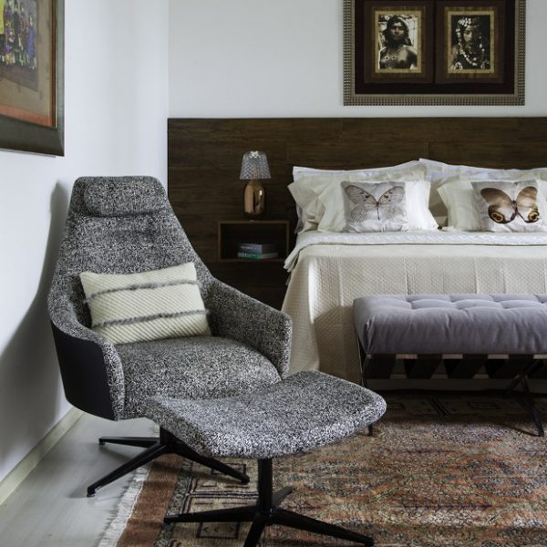 No quarto do casal, abatjours Baccarat e fotos trazidas do Marrocos