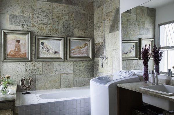 Pintados por Alexandra quando ela morou na Inglaterra, os quadros esquentam a decoração do banheiro, que conta com uma máquina de lavar. Mais prático, impossível