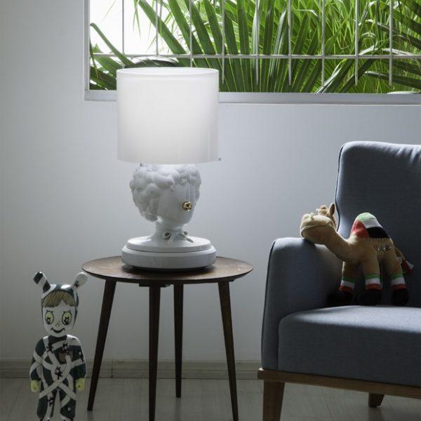 No quarto do pequeno Raphael, boneco e abatjour Lladró, ambos assinados por de Jaime Hayón